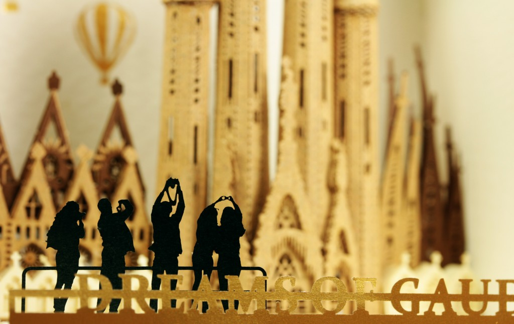 The silhouette of tourist available in the package of paper nano Sagrada Familia
